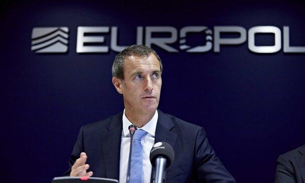 """Europol: """"Cada vez más y más terroristas islamistas están utilizando documentos falsos para colarse en Europa entre los refugiados"""""""